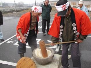 ひとまちレポート お餅つきで日本の伝統文化を体感_13